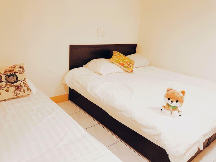房間A-2: 1張雙人床、1張單人床
