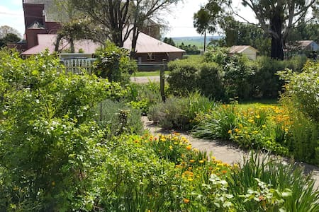Taralga Cottage: a little bit of country in town