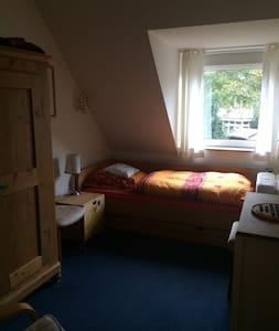 Ruhiges Zimmer in schönem Reihenhaus, Hamburg-nah - Ellerau - Şehir evi