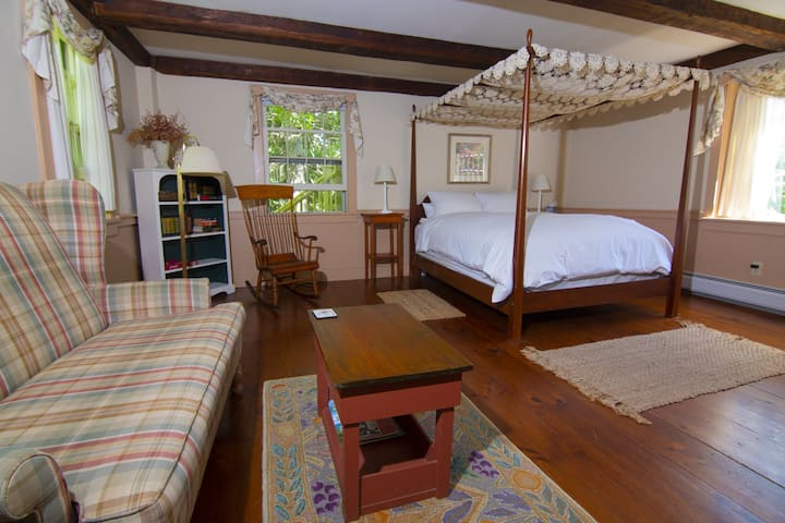 Romantic Phillipa Room - Featherbed Inn B&B