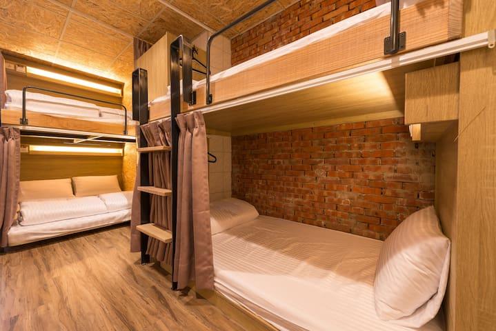 連住三晚\工業風女生宿舍單人床位 。步行到夜市、街頭小吃。附早餐, Wifi