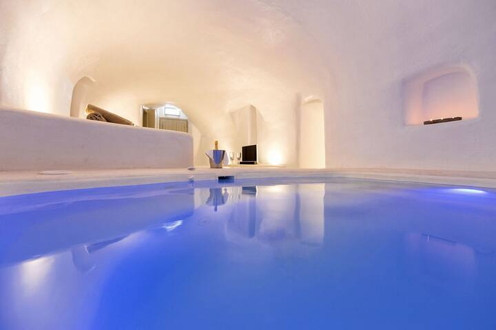 R 925  Zeus Villa  with with Private Heated Tub, Maid service & Free Internet