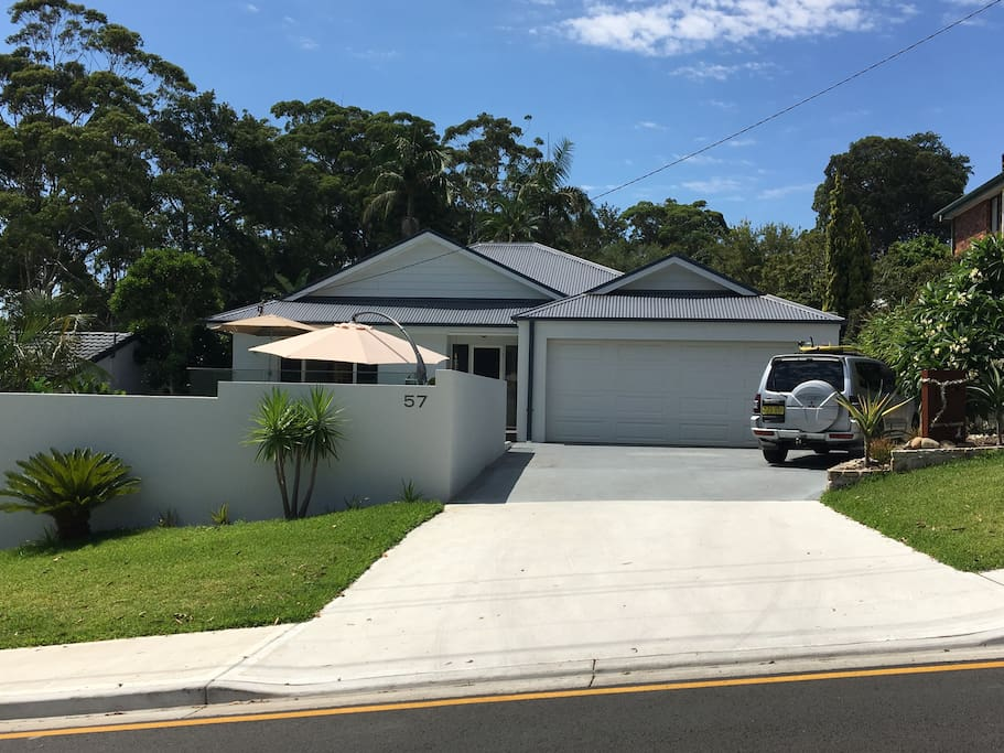 Walk to beach, cafes and country club, private from road