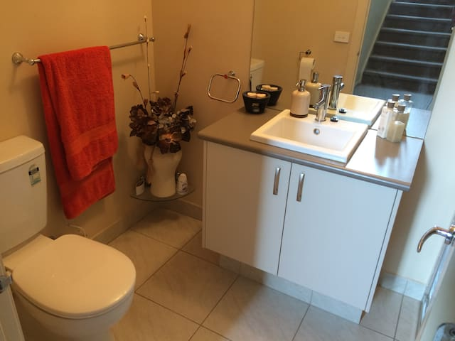 Super modern & clean with bathrm, new bed & desk! - Nunawading - Haus