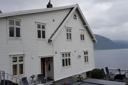 Jakobgarden, Nautvik