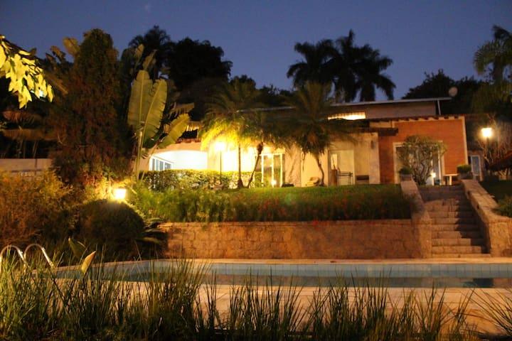 Casa linda com Piscina em Condomínio privilegiada!