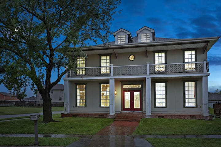 Mansion with Pool 5 Miles from French Quarter