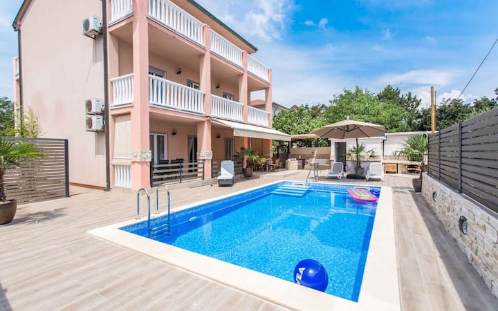 Apt for 4+1 persons with pool in Šilo R48665