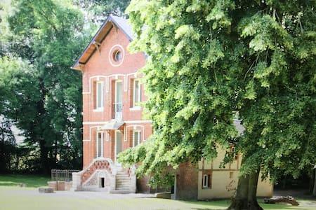 Maison Privee au chateau du landin - Haus