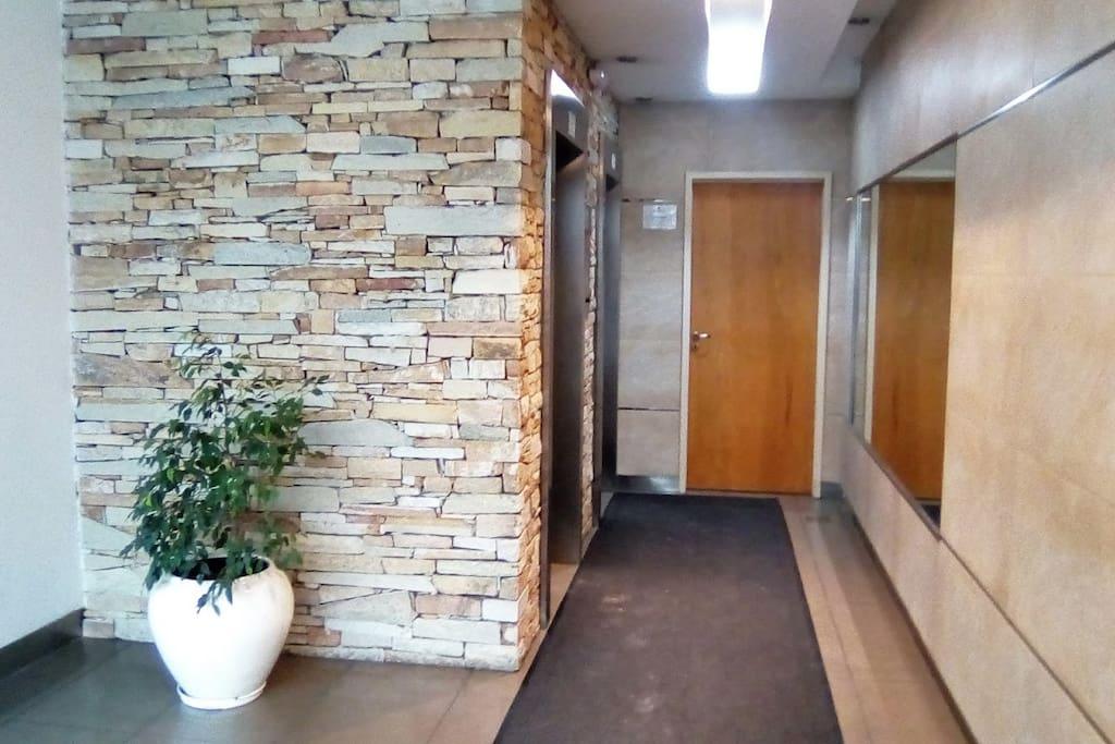 Hall principal y acceso a los ascensores.