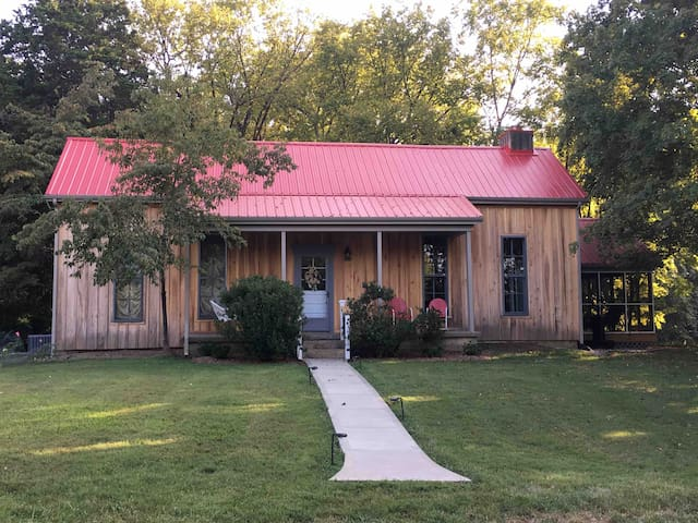 The Red Rover - 1877 farmhouse w/screened-in porch