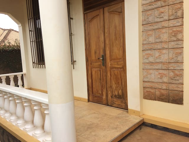 Charming quiet home full of life. - Kampala - Casa