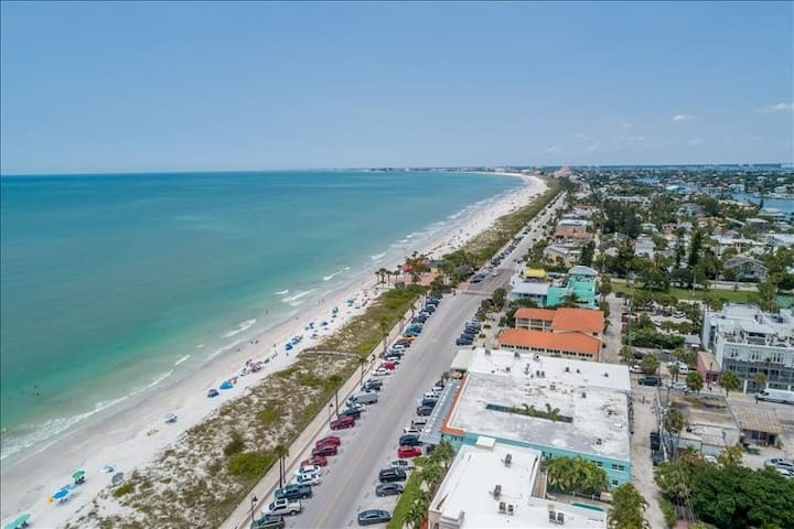 Historic Pass a Grille BEACHFRONT Studio! Sleeps 2