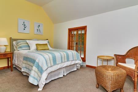 Tour 1 | Chambre spacieuse, lit double avec salle de bain privée (douche)