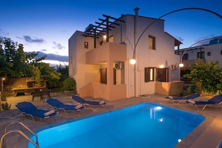 Villa Emily, Close to Beach & Town!