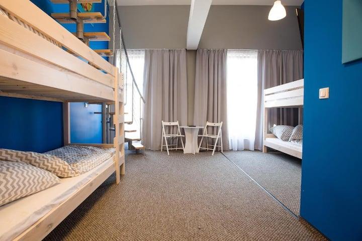 Pokój 11-osobowy z prywatną łazienką Moon Hostel