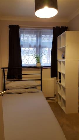 Single room in Kiwi family home with lovely garden - Dagenham - Dům