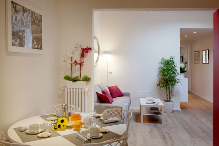 STYLISH APARTMENT FLORENCE  Living Room With Double Sofa-Bed And Dining Area