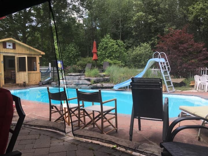 Tranquil suite north of Belleville with hot tub.