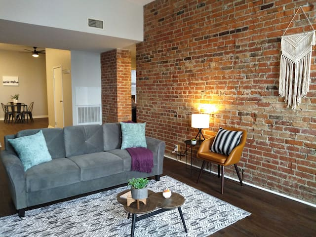 Historic + Modern 2BR Apt in Downtown
