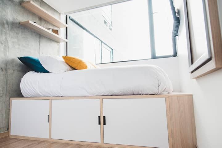Cama en estudio de 2 habitaciones con piscina