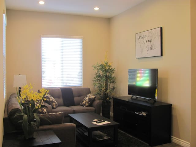 STUNNING NEWLY BUILT HOME.  3 mi from Disneyland - Garden Grove - Talo