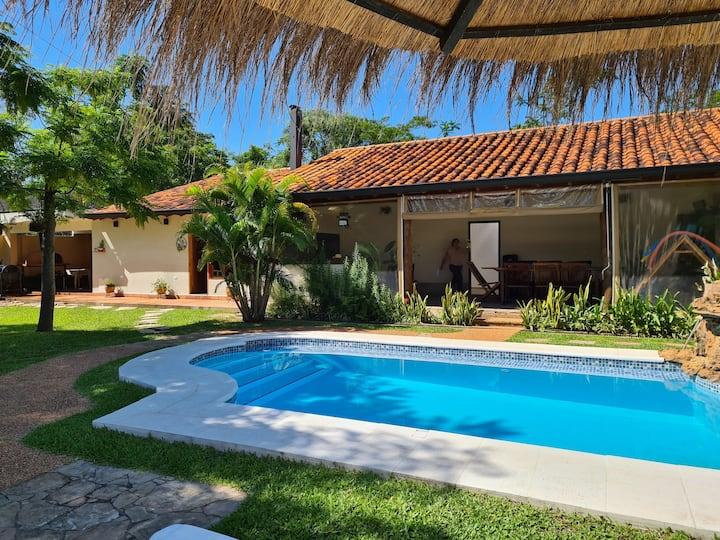 Quincho con piscina  y piezas en Areguá