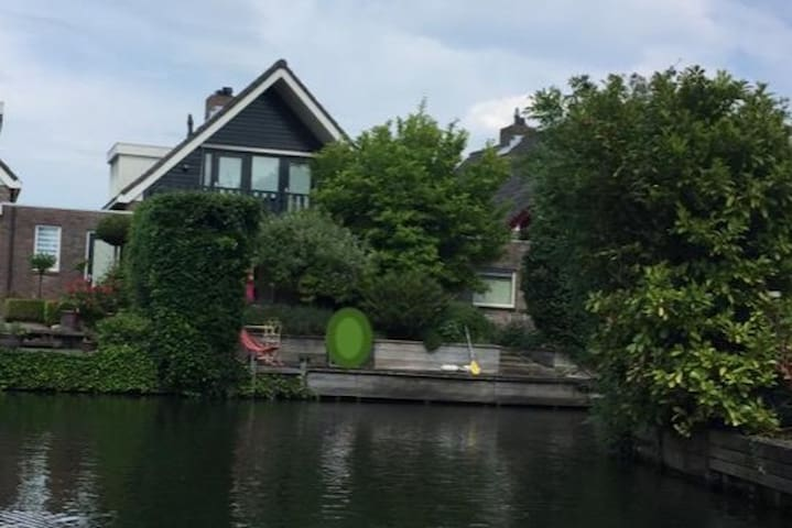 Luxury House on Riverside (16 mins from AHOY)
