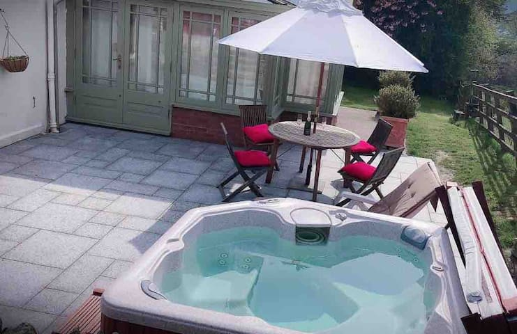 Superb Deluxe Chalet Free Parking Sauna&Hot tub