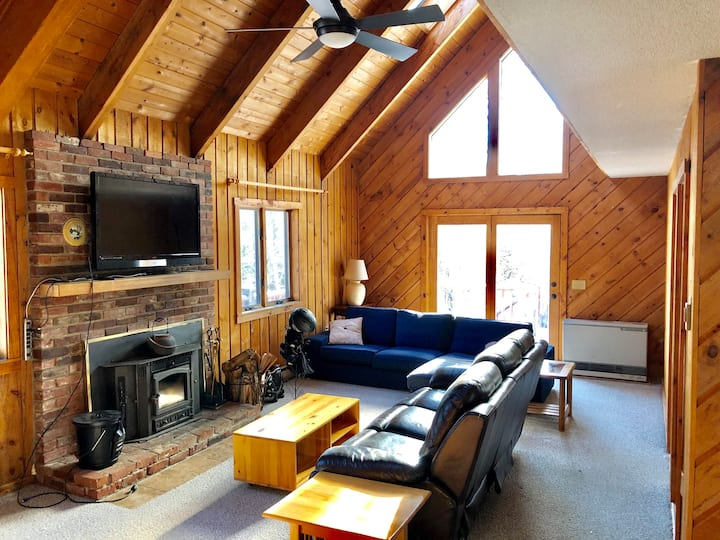 Cozy ski retreat- 5 minutes to Mount Snow!!
