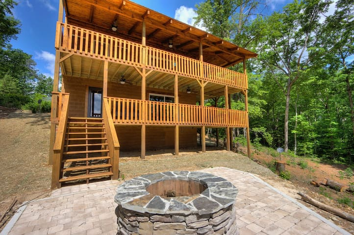 4 BR, 3.5 Bath with Game Room, Fire Pit, & Hot Tub ~ Brand New~Sleeps 12