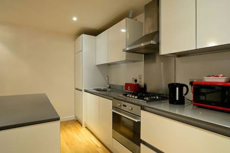 City Centre 2 bed Apartment  With Parking Balcony - Reading