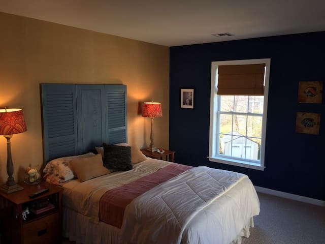 Large Clean Nautical Themed Room in Beach House!