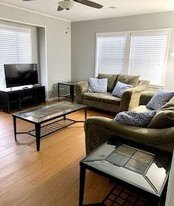 4 guests/2 bedrooms- Classy, Cozy, Newly Renovated