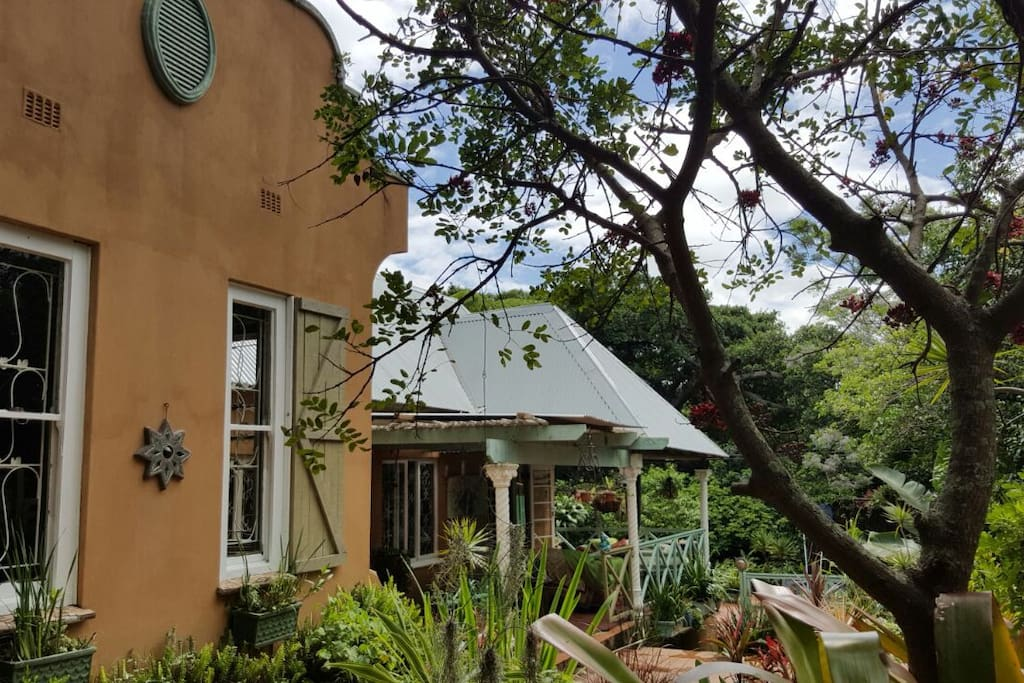 Quirky cottage in lovely tropical garden