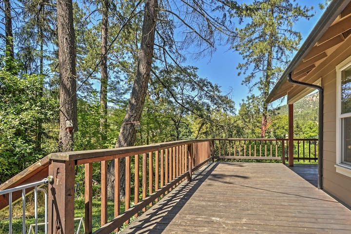 2BR Gold Hill House Along Rogue River!