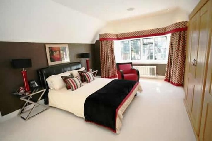 Large Ensuite Double Bedroom In Stunning Mansion - Hoddesdon