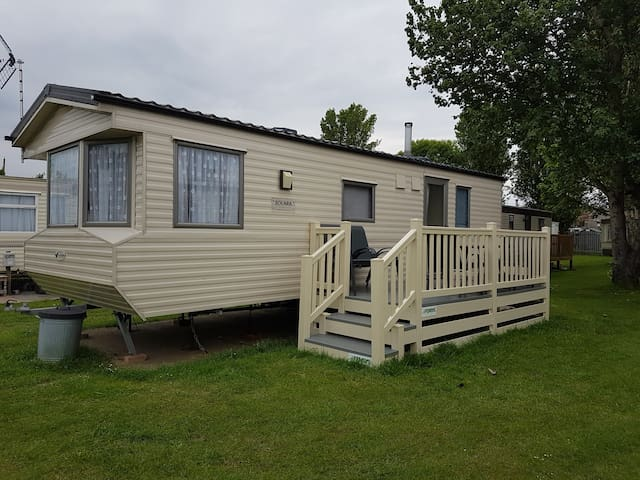 2 Bed caravan sleeps 6 mins to beach & amusements