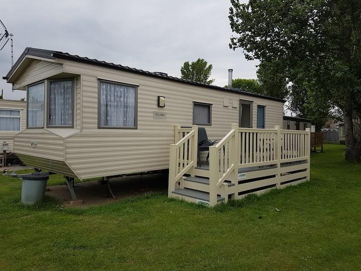 2 Bed caravan sleeps 6 mins to beach & amusements