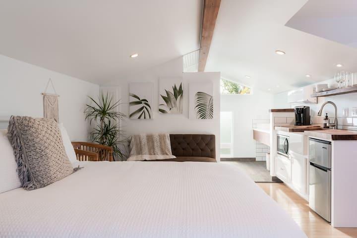 Cozy Solana Beach Studio Steps to the Sand!