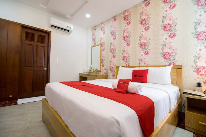 RedDoorz Boutique Room || Roof Top || near Airport