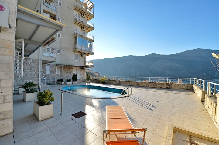 2 Bedroom apartment with view & pool