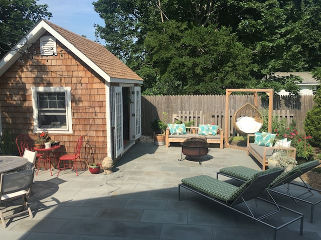 Renovated, close to beach & town + outdoor shower! - Greenport