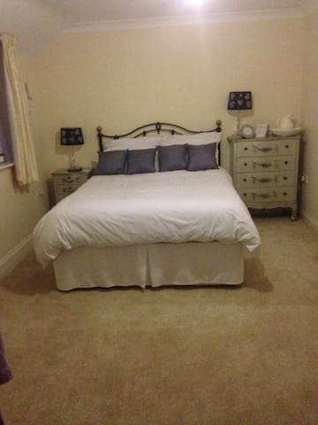 Lovely large double room - Carterton - Casa
