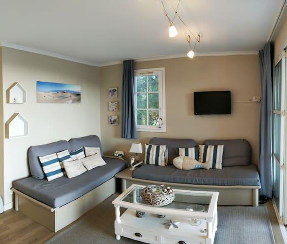 Le salon avec ses canapés lits bien pratiques.