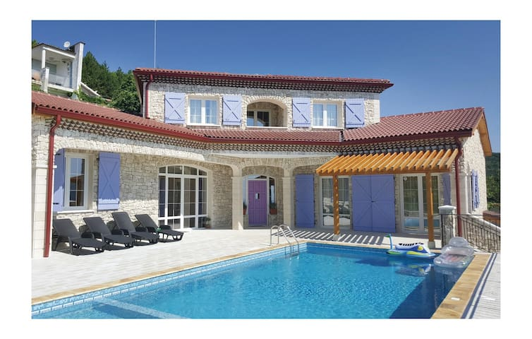 Holiday cottage with 4 bedrooms on 240 m² in Rogachevo Village