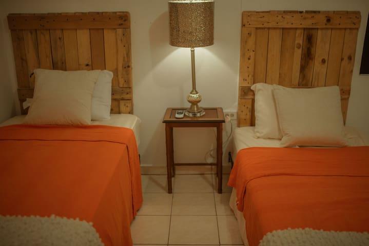 Dormitorio con 2 camas twins