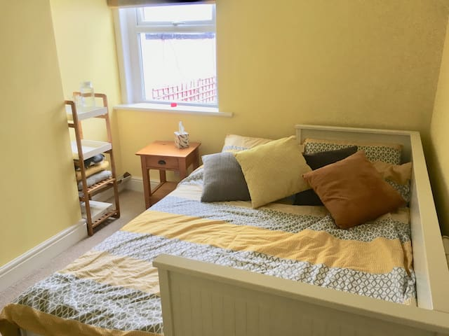 Small Double bedroom close to city centre