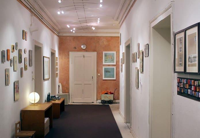 Zimmer mit Piano und Ausblick