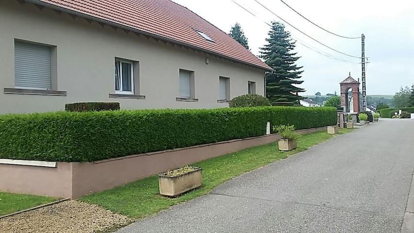 Autre vue de la maison donnant sur la rue de la paix
